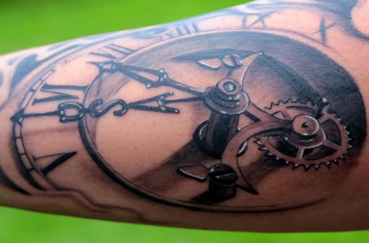 römische zahlen tattoo unterarm