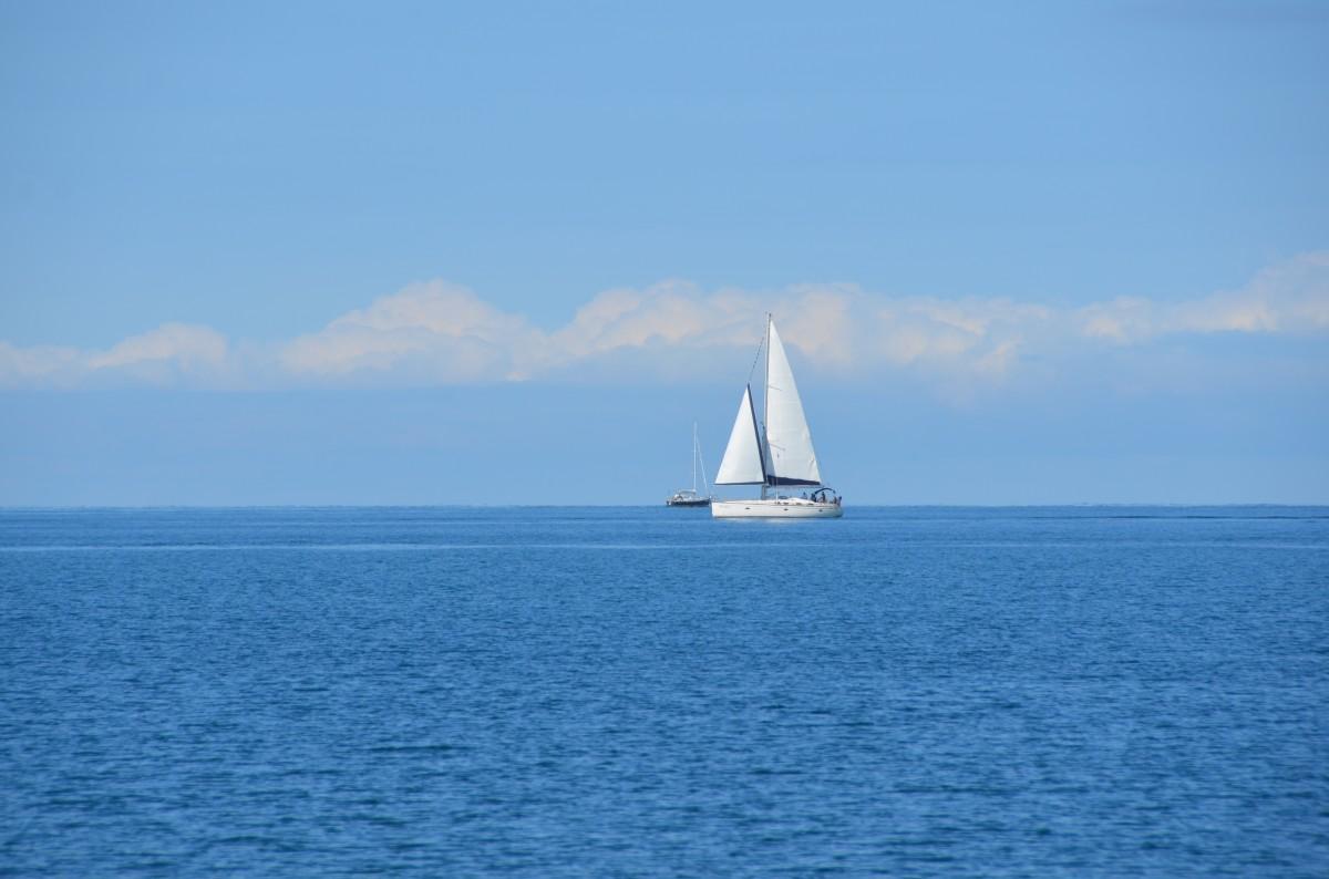 Яхта на море фото