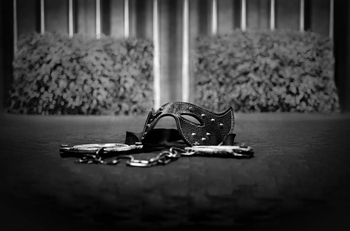 Фото наручники в постели #11