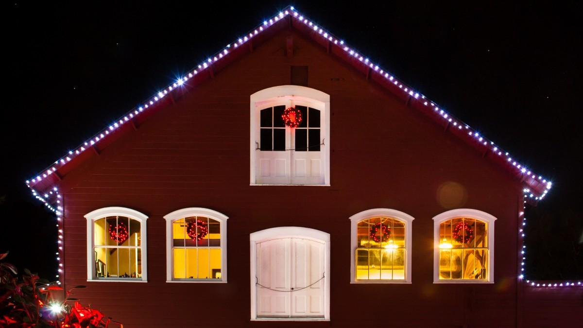 https://c.pxhere.com/photos/a7/40/christmas_windows_building_night_oregon_barn_lights_christmaslights-521702.jpg!d
