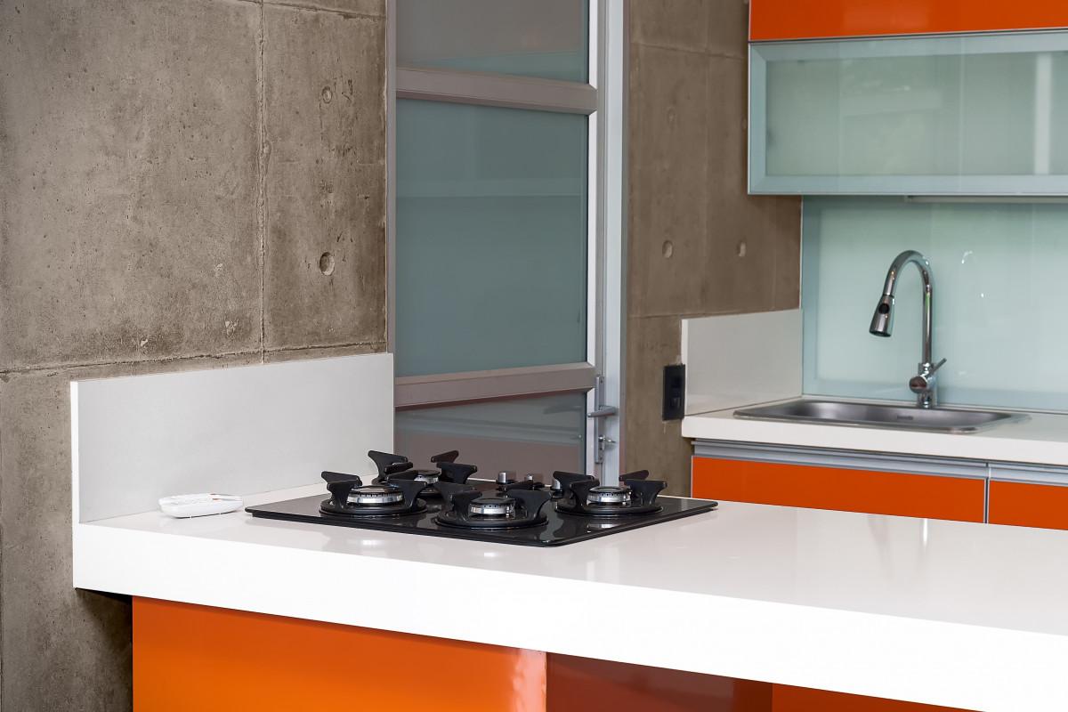 sol verre maison Orange cuisine propriété tuile évier chambre appartement Matériel Comptoir poêle Design d'intérieur à l'intérieur conception Bois dur gaz intégral Lave-vaisselle sol Armoires