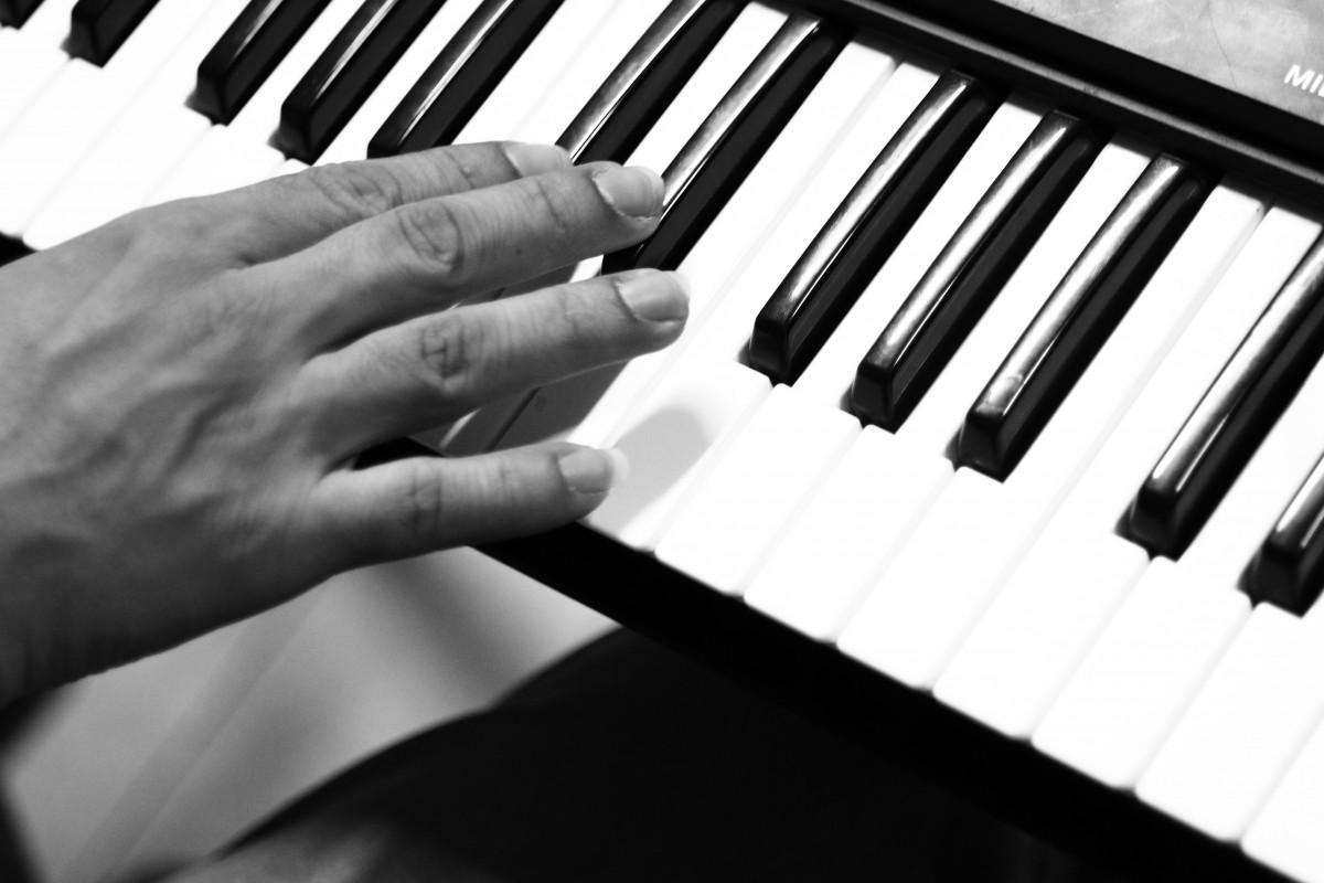 Immagini belle mano musica bianco e nero tecnologia for Strumento online gratuito piano piano