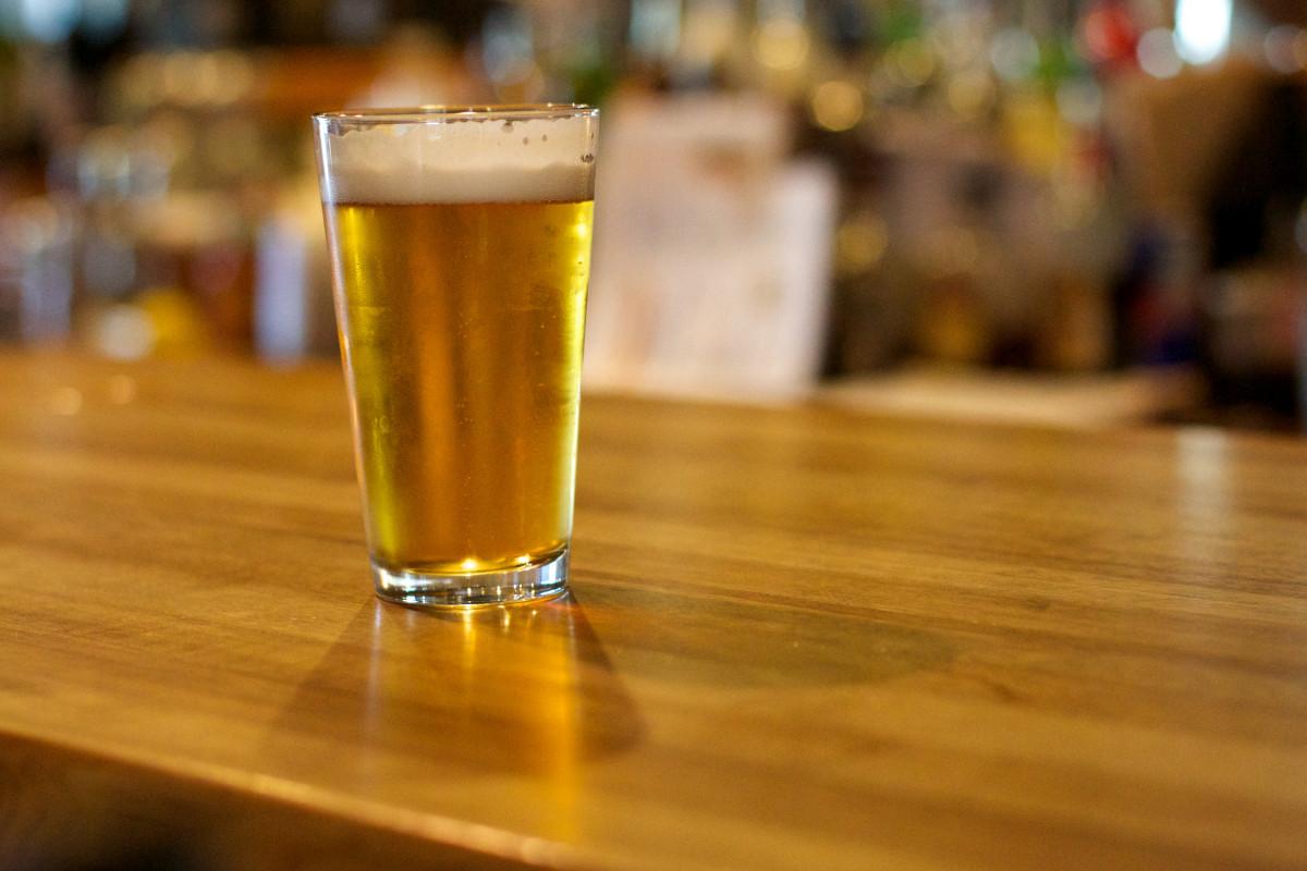 Tylko jedno piwo dziennie. Jakie skutki może mieć picie jednej butelki trunku każdego dnia?