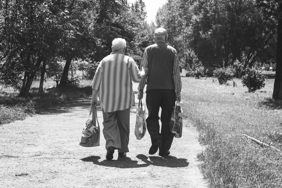 sort og hvid, mennesker, vej, gammel, rejse, par, romantisk, venskab, monokrom, ægteskab, mormor, liv, spadseretur, ældre, familie, ceremoni, lykkelig, lykke, Bedstefar, fotografi, tillid, 2, træthed, support, generation, alderdom, levevis, samhørighed, imidlertid, fællesskab, pensionsalderen, pensionister, levetid, monokrom fotografering, personer med handicap