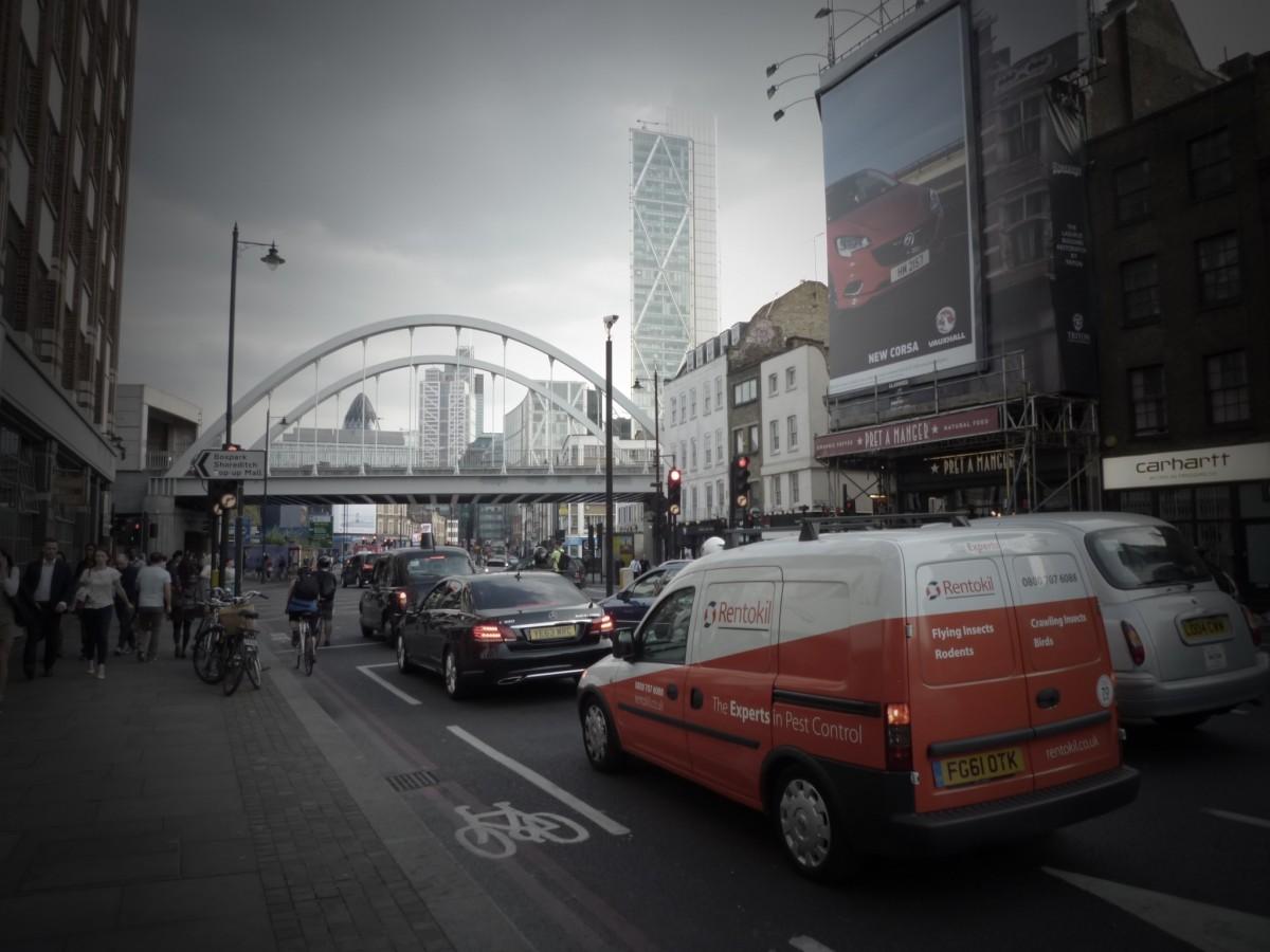pieton arhitectură drum trafic stradă mașină oraș clădire oraș zgârie-nori urban peisaj urban centrul orasului ocupat transport transport vehicul turn Reper auto BANDĂ transport public Regatul Unit Londra infrastructură te grabesti Zona urbană