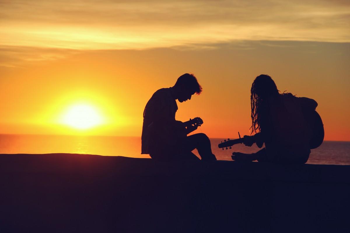 silhouette music sunset guitar couple 2526 - Cómo manejar los problemas que no tienen solución