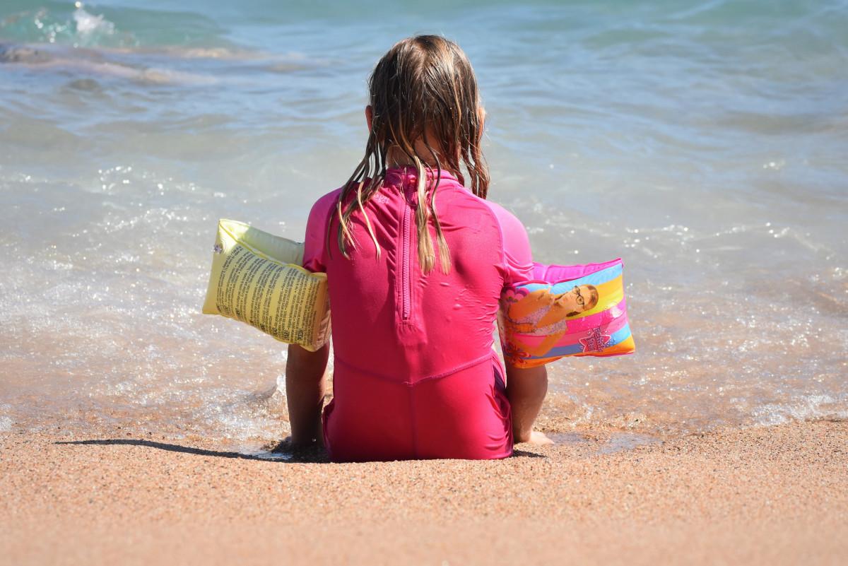 Strand hav kyst vann sand hav mennesker pike spille shore bølge ferie farge barn rosa materiale kropp av vann moro småbarn skjønnhet fotografering uv vernetøy gummiringer