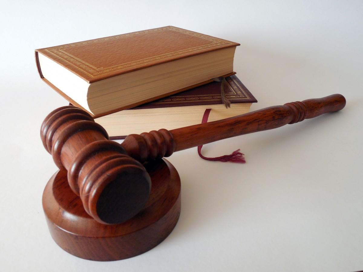 livre bois marteau instrument de musique Règle livres tribunal loi avocat juge disponible code Jura Cour de justice clause enchères règlement Paragraphes instrument à cordes Livres de droit
