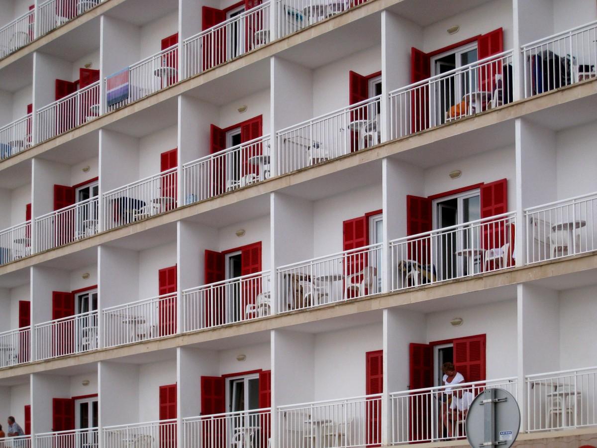 สถาปัตยกรรม ขาว บ้าน อาคาร บ้าน มีชีวิต สีแดง ซุ้ม ทรัพย์สิน ชั้นวางของ เฟอร์นิเจอร์ อพาร์ทเม้น การออกแบบตกแต่งภายใน ออกแบบ โรงแรม ระเบียง มอลล์ ด้านหน้า เก็บเข้าลิ้นชัก หอพัก คอนโดมิเนียม แม่บ้าน อาคารที่พักอาศัย