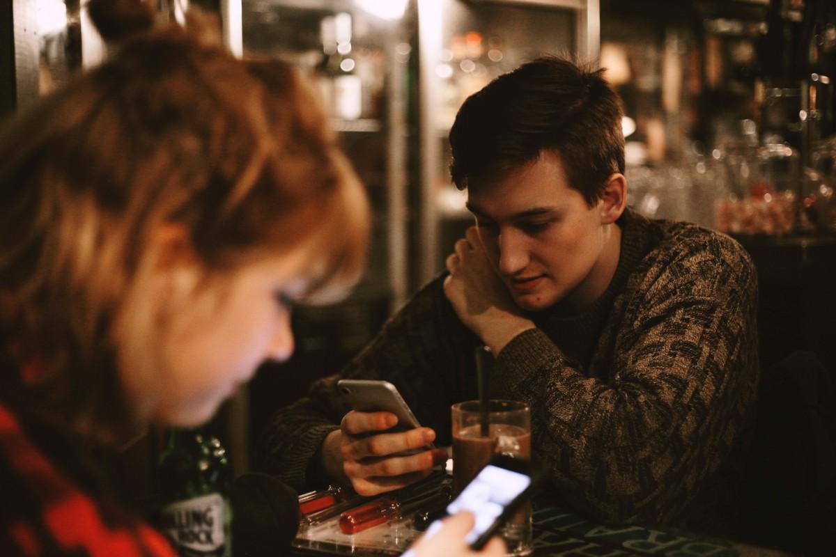 café fille femme restaurant bar femelle boisson ami de l'alcool conversation amusement un événement pub interaction appareil électronique