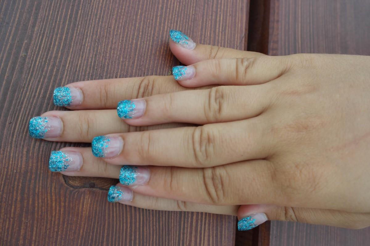 Ногти с блестками на кончиках фото