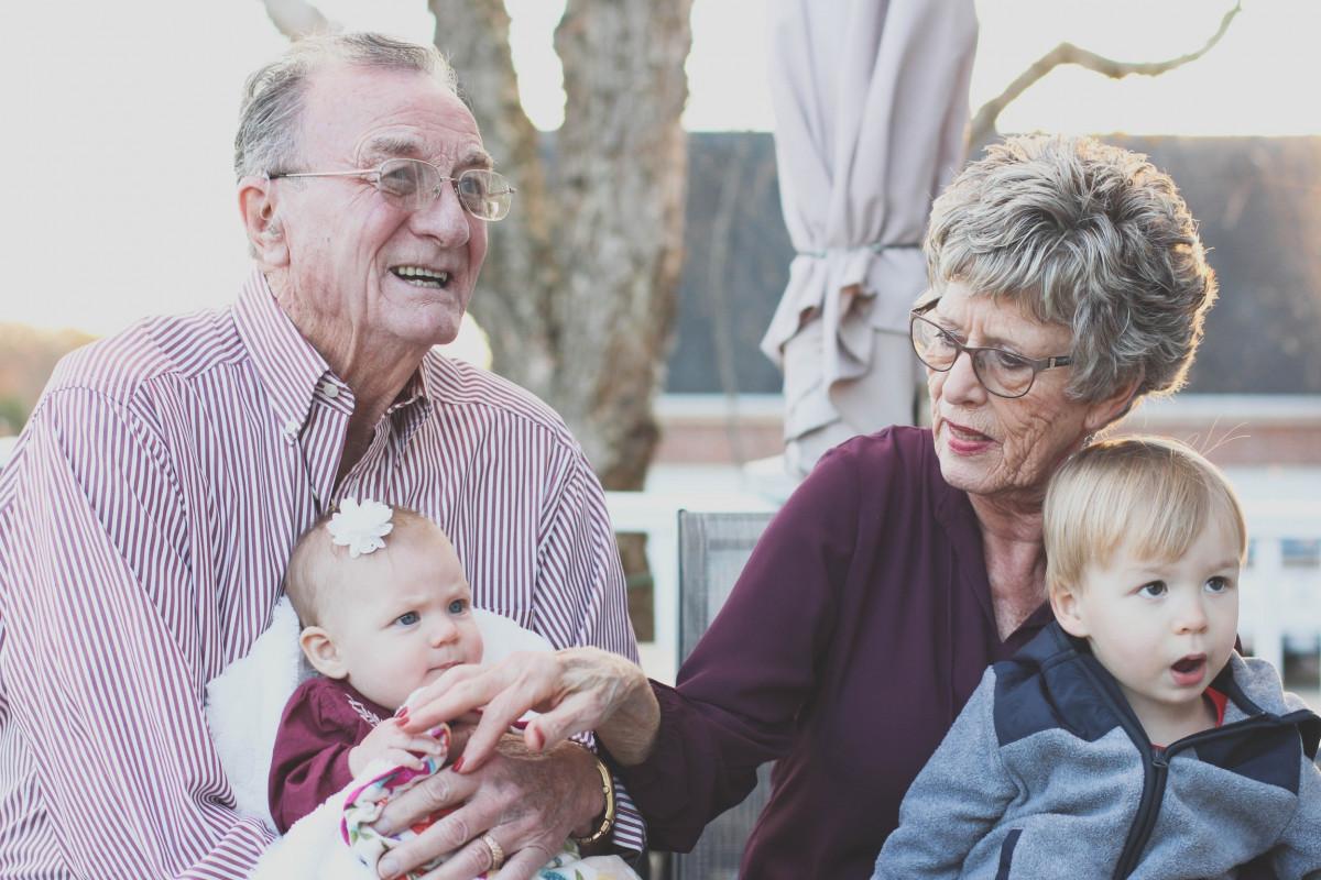 homme, la personne, gens, portrait, mode de vie, grand-mère, Personne âgée, en plein air, famille, content, grand-père, Grands-parents, Sénior, Personnes âgées, retraité, Grand-parent, petits enfants, Grands-parents avec petits-enfants, Couple âgé