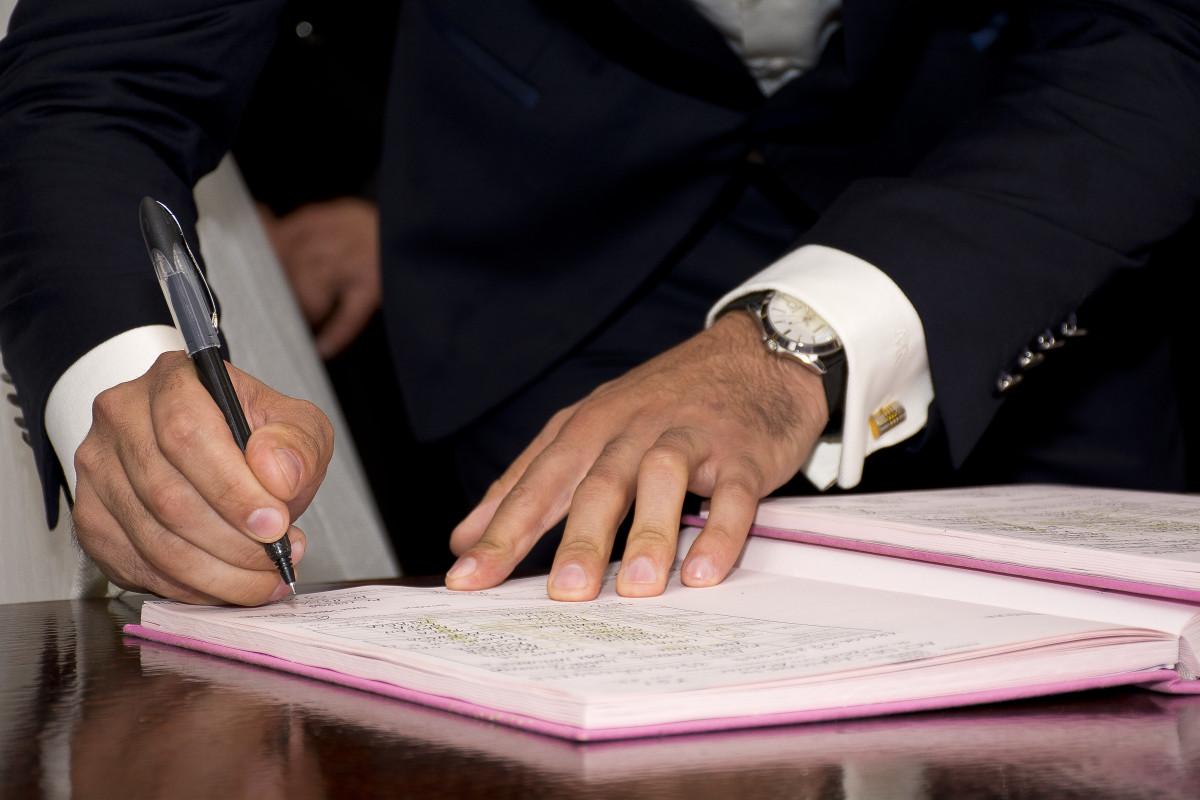bàn viết tay Đàn ông sách người những người cây bút lễ kỷ niệm ký tên yêu Đăng nhập ngón tay Vợ chồng cô dâu Chú rể cưới nhau kết hôn ăn mừng Người da trắng gia đình Lễ trang phục hợp đồng Hạnh phúc buổi tiệc thông điệp Khái niệm tiếp nhận Thị trưởng biến cố Tài liệu Người lớn Chữ ký chứng chỉ Thỏa thuận NULL Trước hôn nhân Tiền hôn