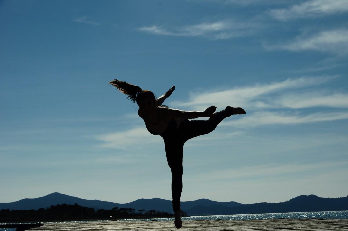 75856b1ed30d pláž more neba žena vietor skákanie Modrá ženy športové jóga tanec telo  fyzická zdatnosť