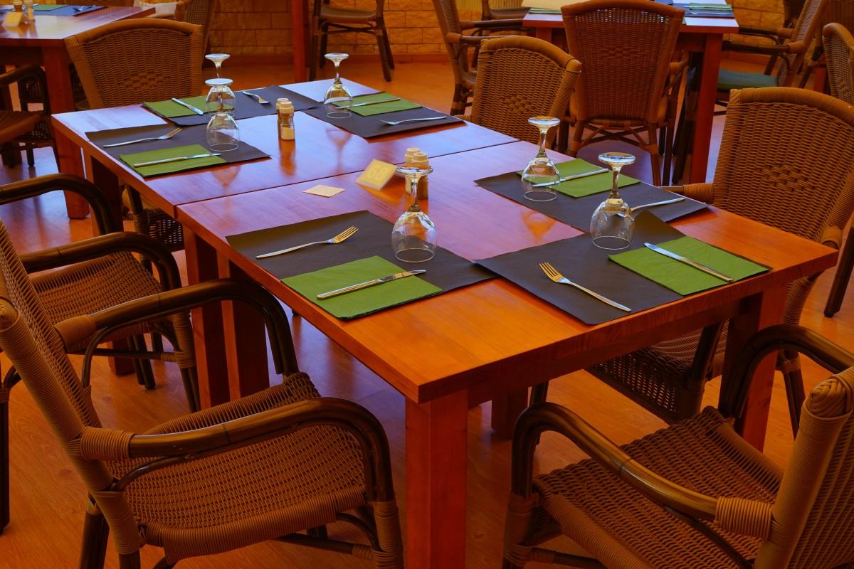 Eettafel Met Gratis Stoelen.Gratis Afbeeldingen Tafel Bestek Glas Restaurant Maaltijd