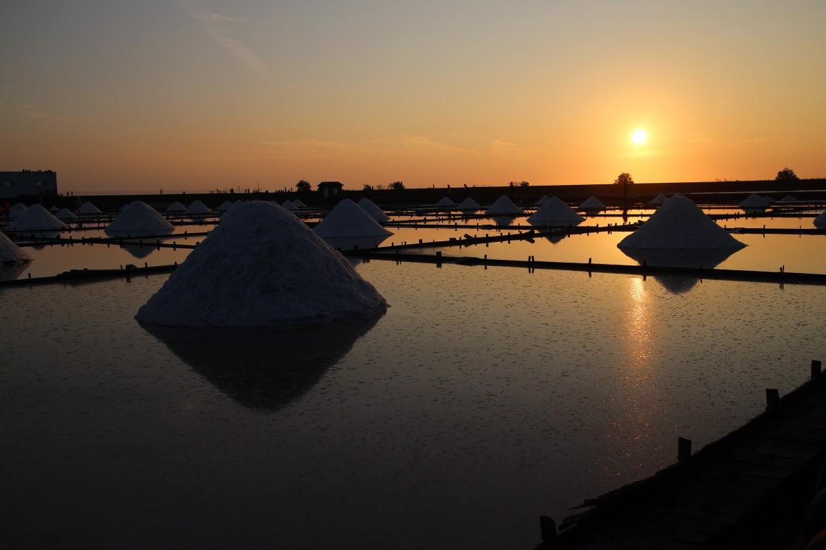 海 太阳 日出 日落 船 阳光 早上 黎明 黄昏 晚间 反射 车辆 湾 台南 ai脚盐井瓦板 盐田 晚上的太阳