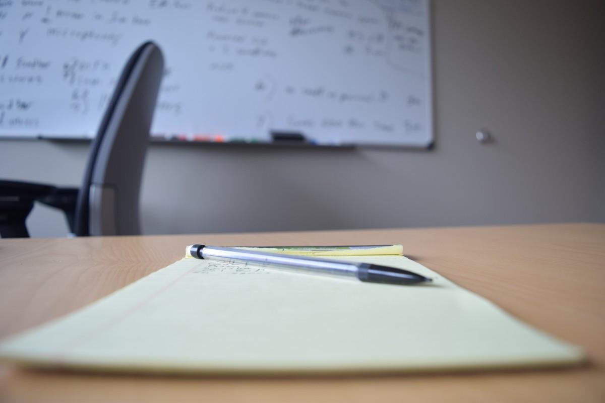 机 書き込み 表 鉛筆 白 メモ帳 会議 スペース デスクトップ 企業 事務所 ビジネス ページ 注意 ブランド 設計 眼鏡 ホワイトボード 資料 情報 形状 書類作成 ホワイトボード