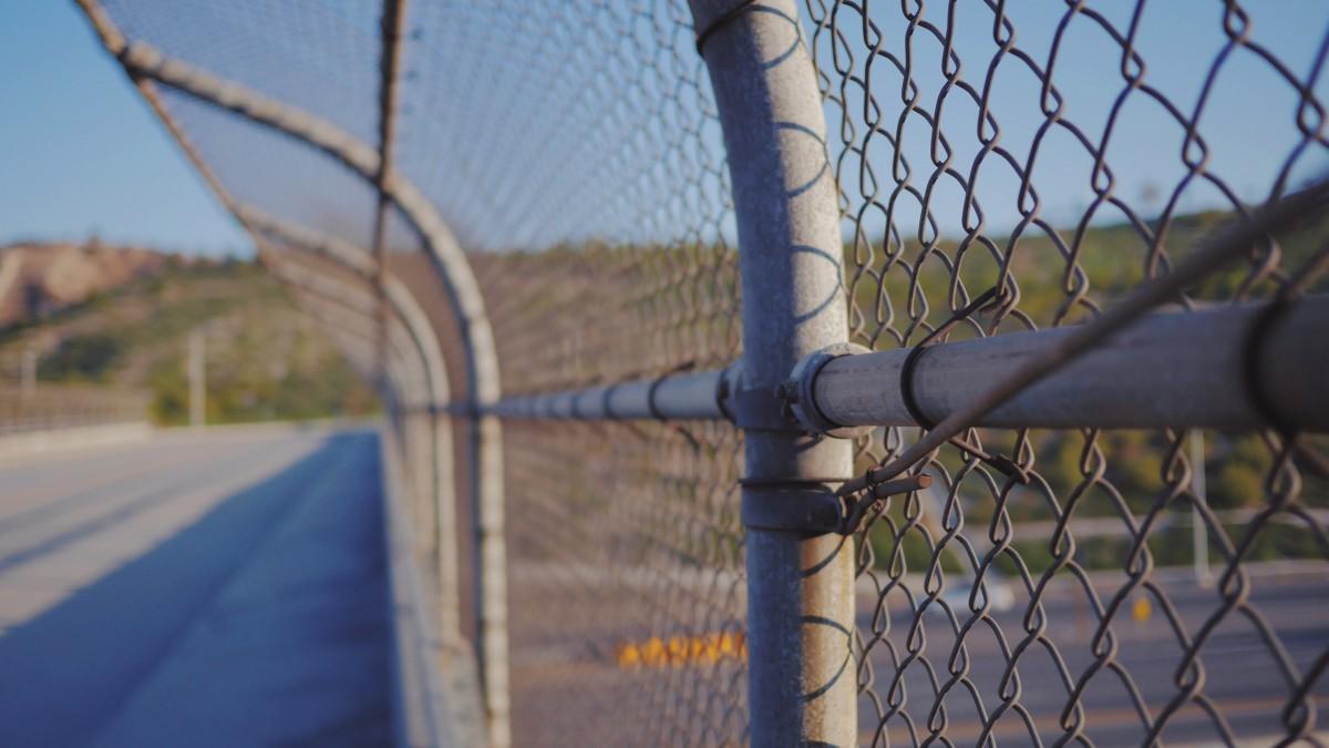 Staket stängsel staket : Bakgrundsbilder : staket, tak, vägg, blÃ¥, kedjelänk, netto ...