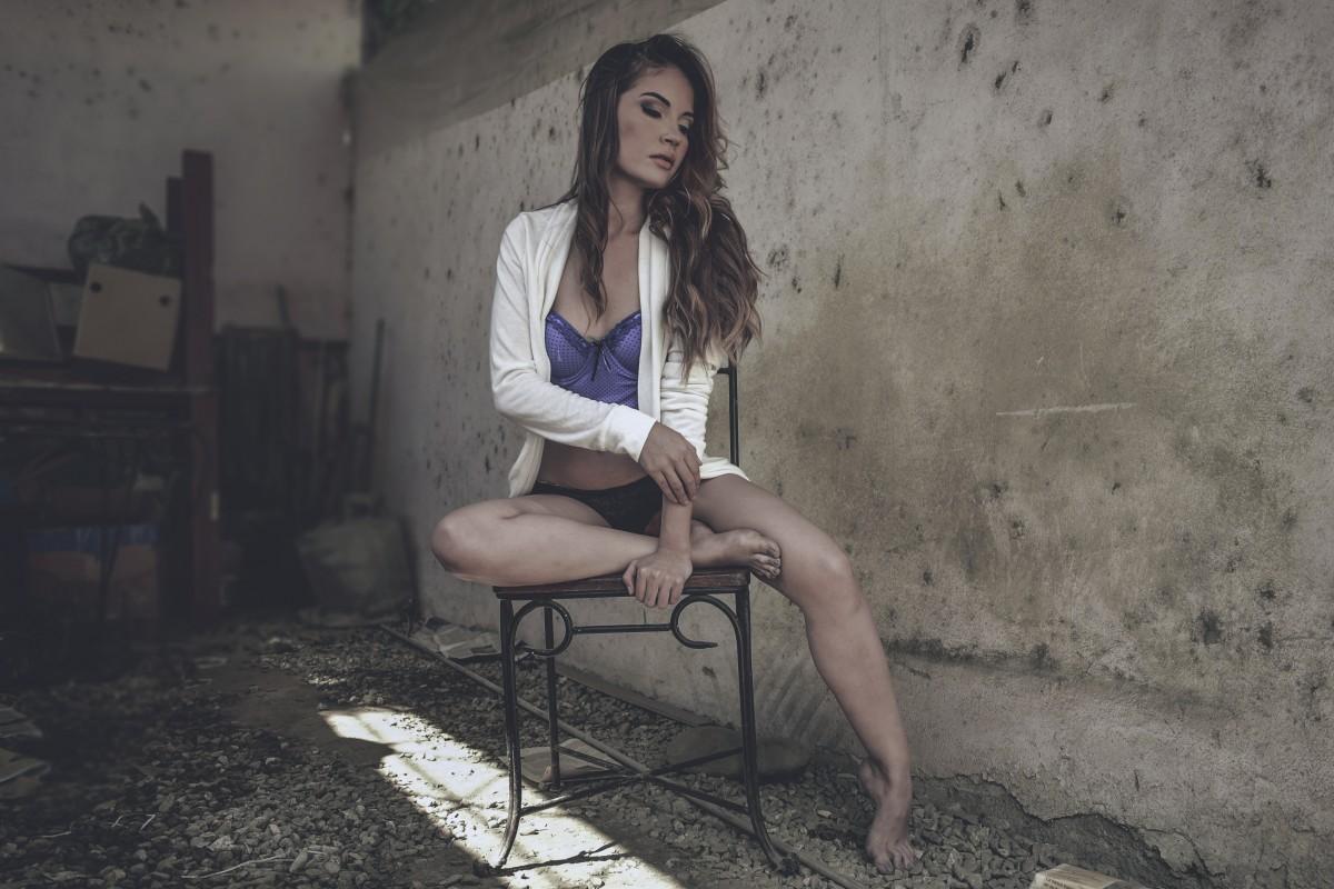 симпатичная девушка сидит на лице - 4