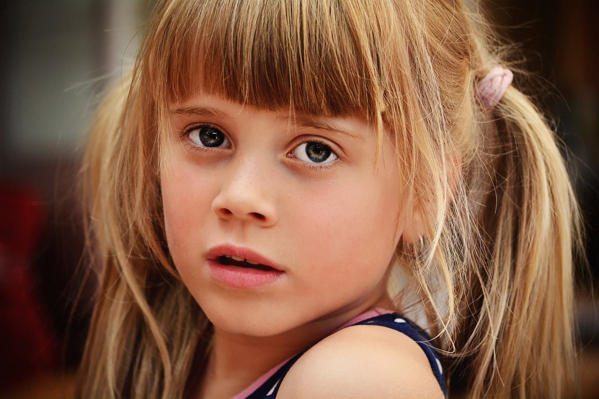 Девушка в саду фото