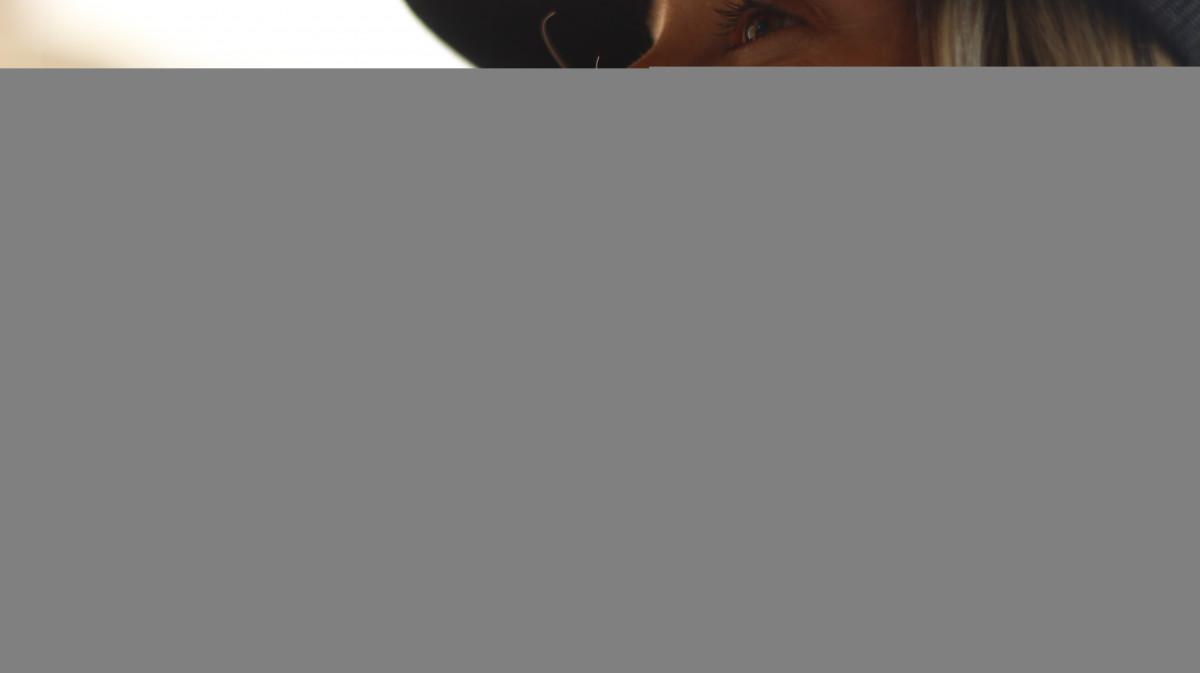 Gambar orang wanita cangkir model raut wajah tampilan samping orang kopi wanita wanita cangkir model raut wajah tampilan samping tersenyum merek menghadapi teks mata minum thecheapjerseys Gallery