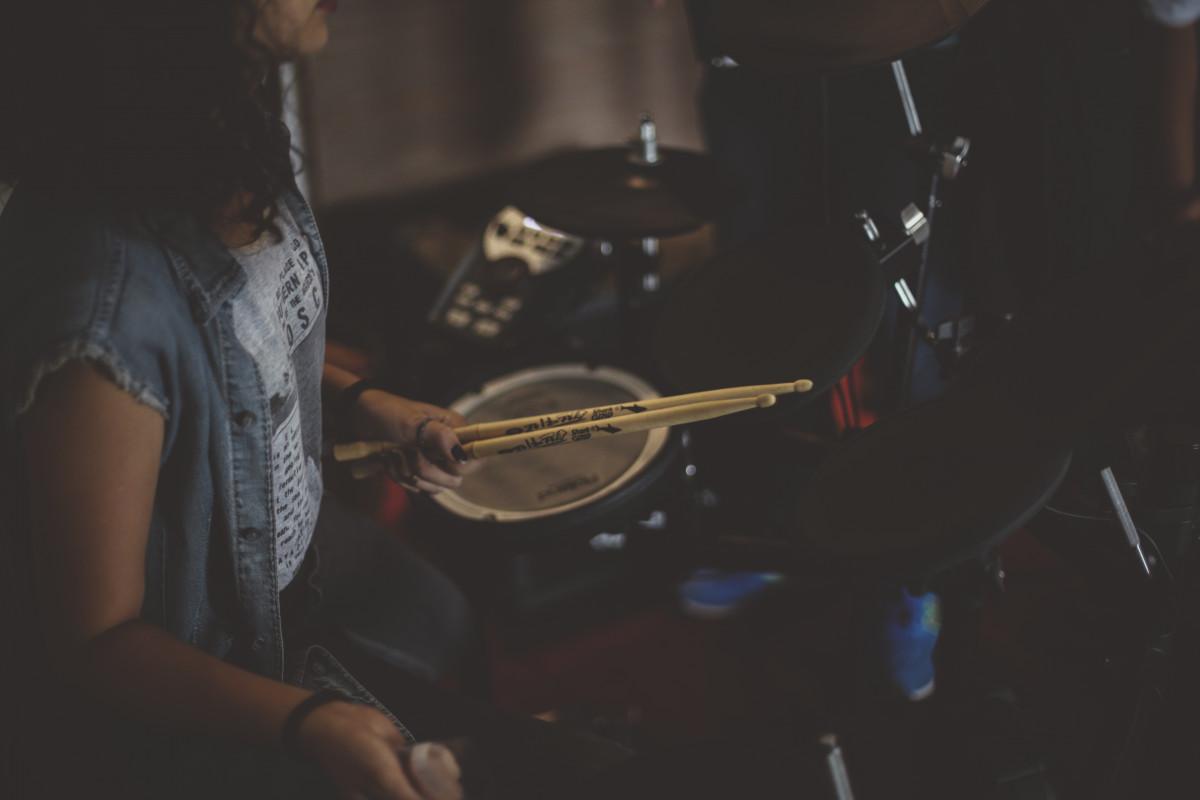 la musique concert B: et en jouant musicien tambour étape performance guitariste tambours le batteur divertissement groupe de rock pilons Instrument de percussion tête de peau