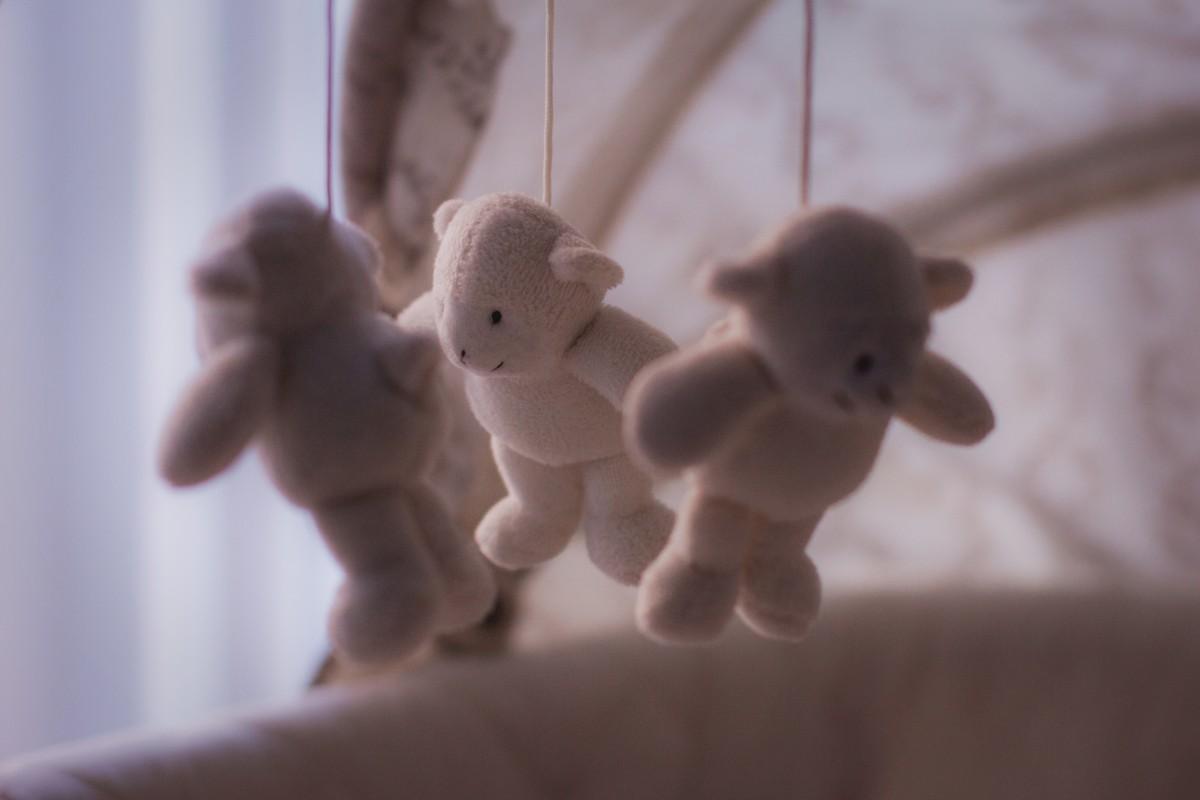blanco juguete cuna oso de peluche de cerca juguetes