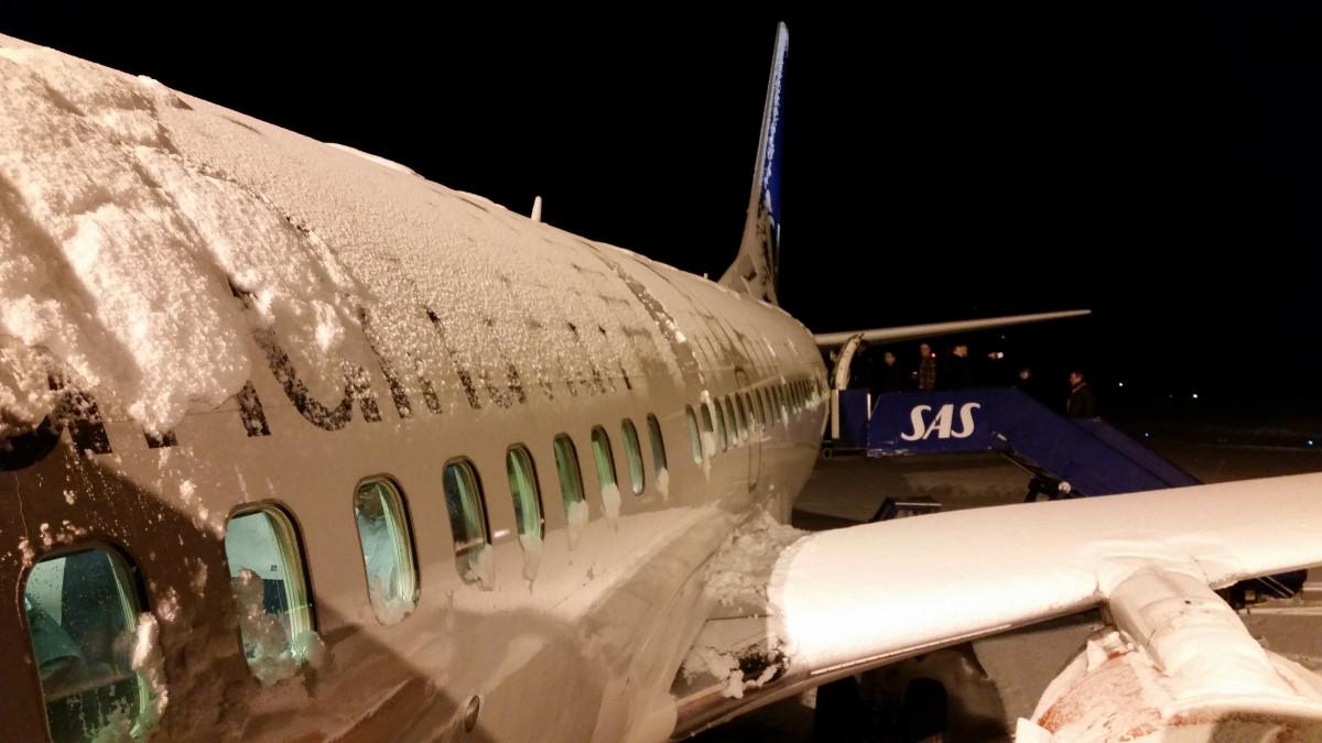 kar kış kanat gökyüzü havalimanı uçak uçak uçak Araç havayolu havacılık Uçak Norveç İskandinavya Sas Jet uçağı Toprak atmosferi Kış manzarası