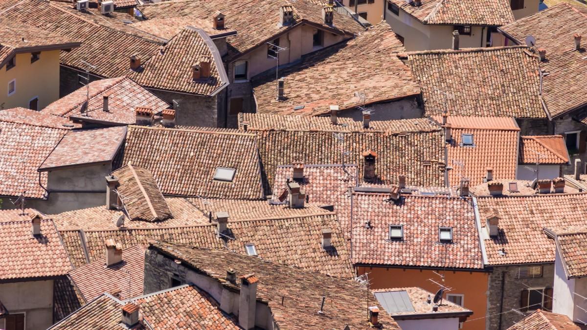 Fotos gratis madera techo antiguo callej n pared for Tejados de madera antiguos