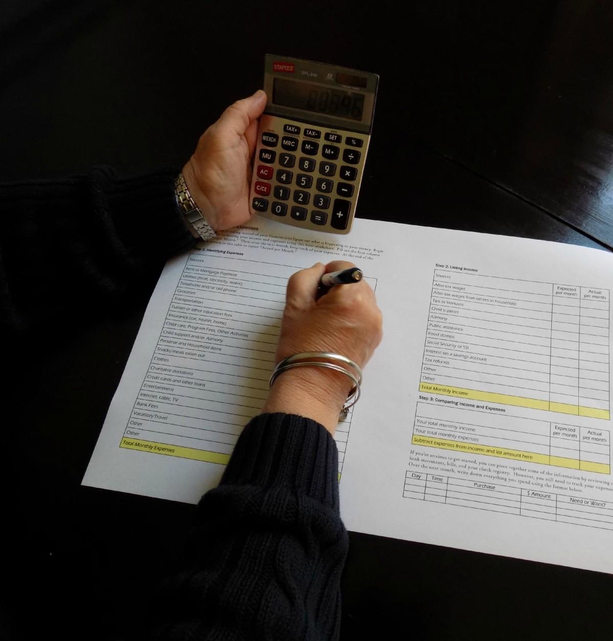 l'écriture main stylo argent Bureau math marque conception document forme calculatrice le revenu financier des économies la finance budget comptabilité calculer planification financière calculateur