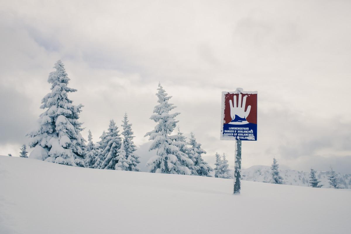 landschap berg- sneeuw koude winter bergketen weer besneeuwd alpine seizoen Notitie lawine Oostenrijk bergen ski schild winters ijskoud bergpanorama backcountry skiiing lawinegevaar
