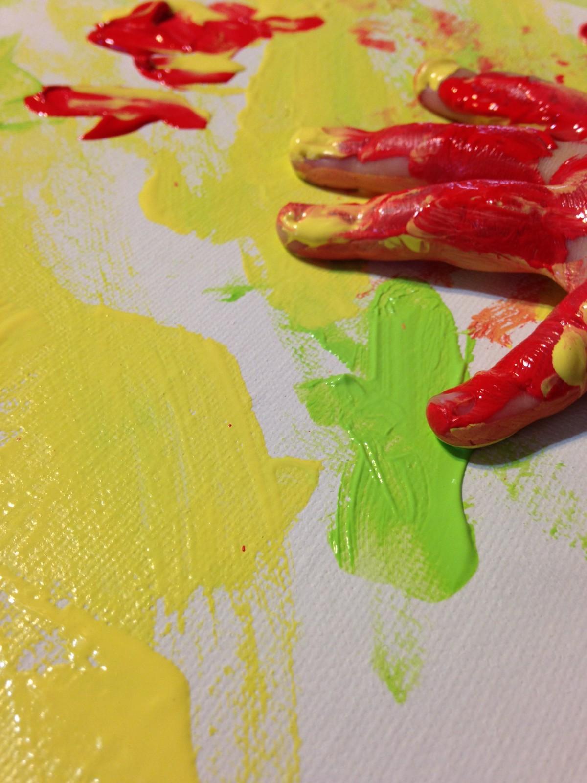 main Créatif plante jouer fleur pétale enfant Jeune doigt aliments produire Couleur artistique artiste peindre Coloré jaune loisir enfance La peinture activité art Enfants couleurs la créativité peu imagination Toile plante à fleurs loisirs Main d'enfant Plante terrestre