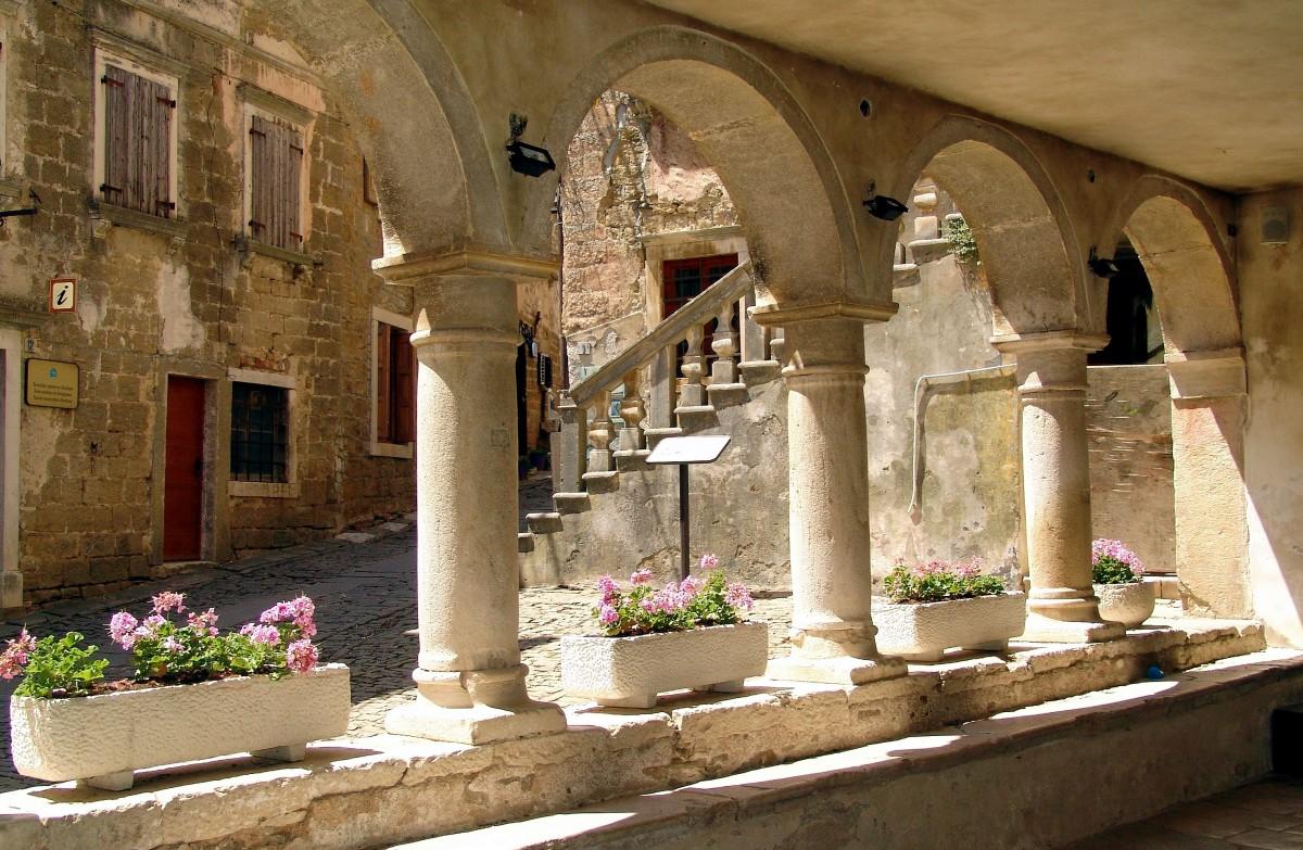 architecture bâtiment lieu de culte vieille ville Croatie Cour temple Arches histoire arcades balkanique Centre-ville historique histoire ancienne Groznjan