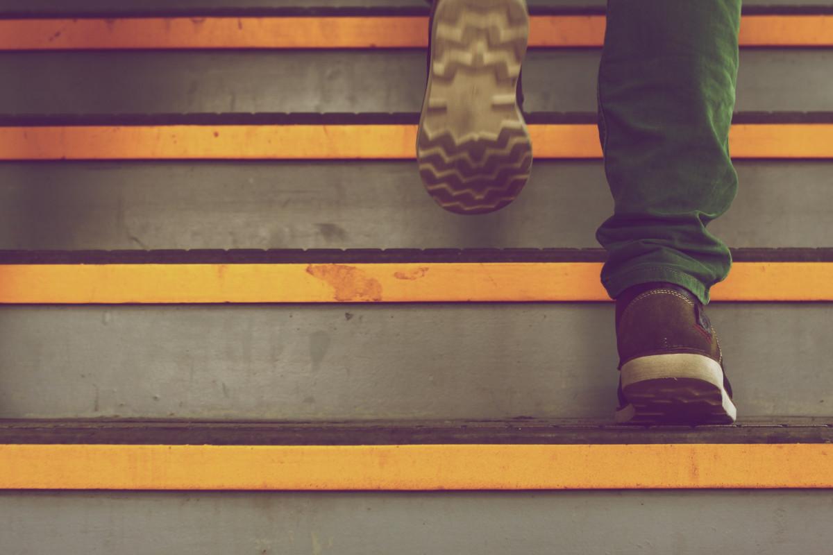 Neurolodzy szczególnie namawiają do wchodzenia po schodach. Chodzi o komórki nerwowe w mózgu