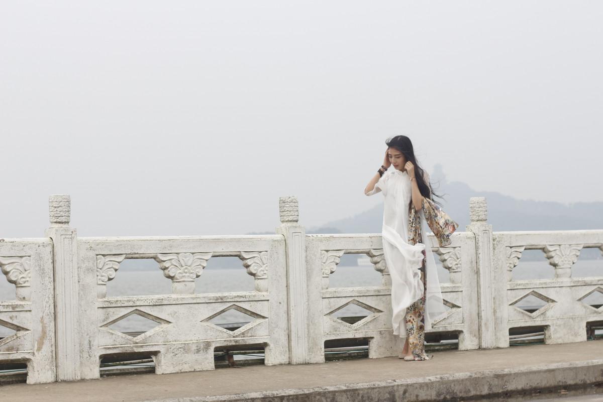 2a17cbabc76e kvinne hvit dam vår mote hvit kjole merke lei seg fotografi skjønnhet  følelse bud en separat