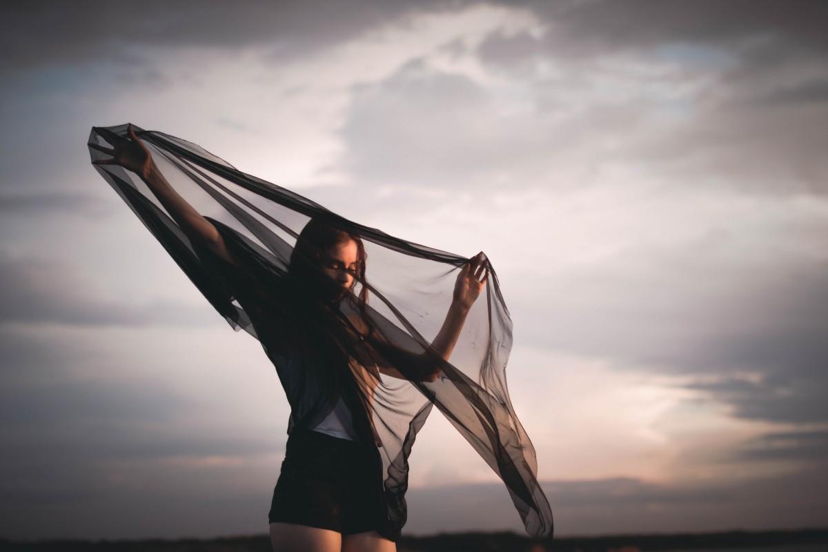 mar luz nuvem céu mulher Por do sol fotografia luz solar manhã onda vento modelo segurando cachecol caucasiano fotografia beleza véu sessão de fotos