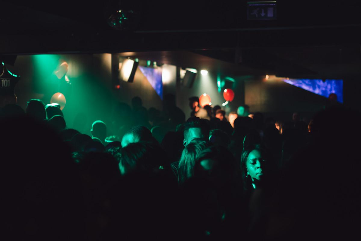 другими снимками фотографии в клубе темно материал стойки