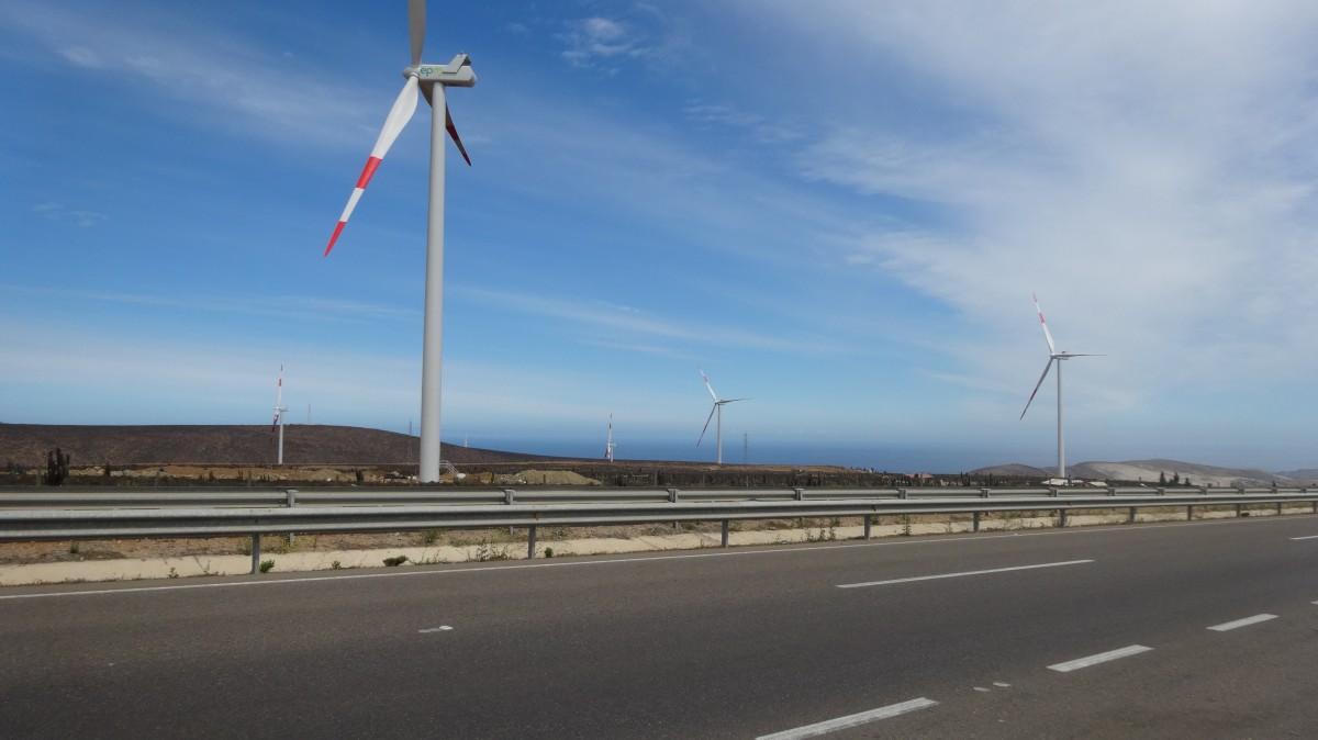 paysage route Autoroute Moulin à vent vent asphalte machine route stade l'énergie éolienne des nuages Infrastructure parc éolien sur la route Atmosphère de la terre Autoroute à accès contrôlé