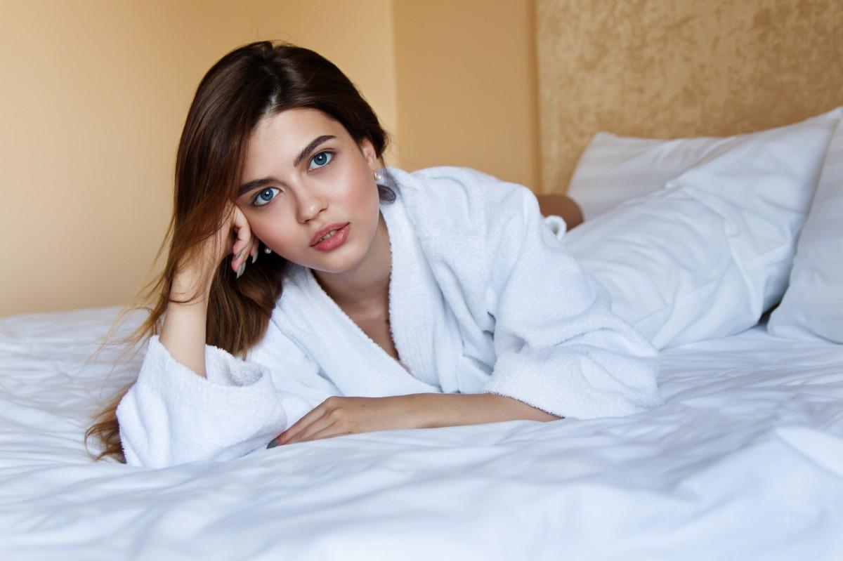 Девушка в отеле, порно видео садо мазо трансы