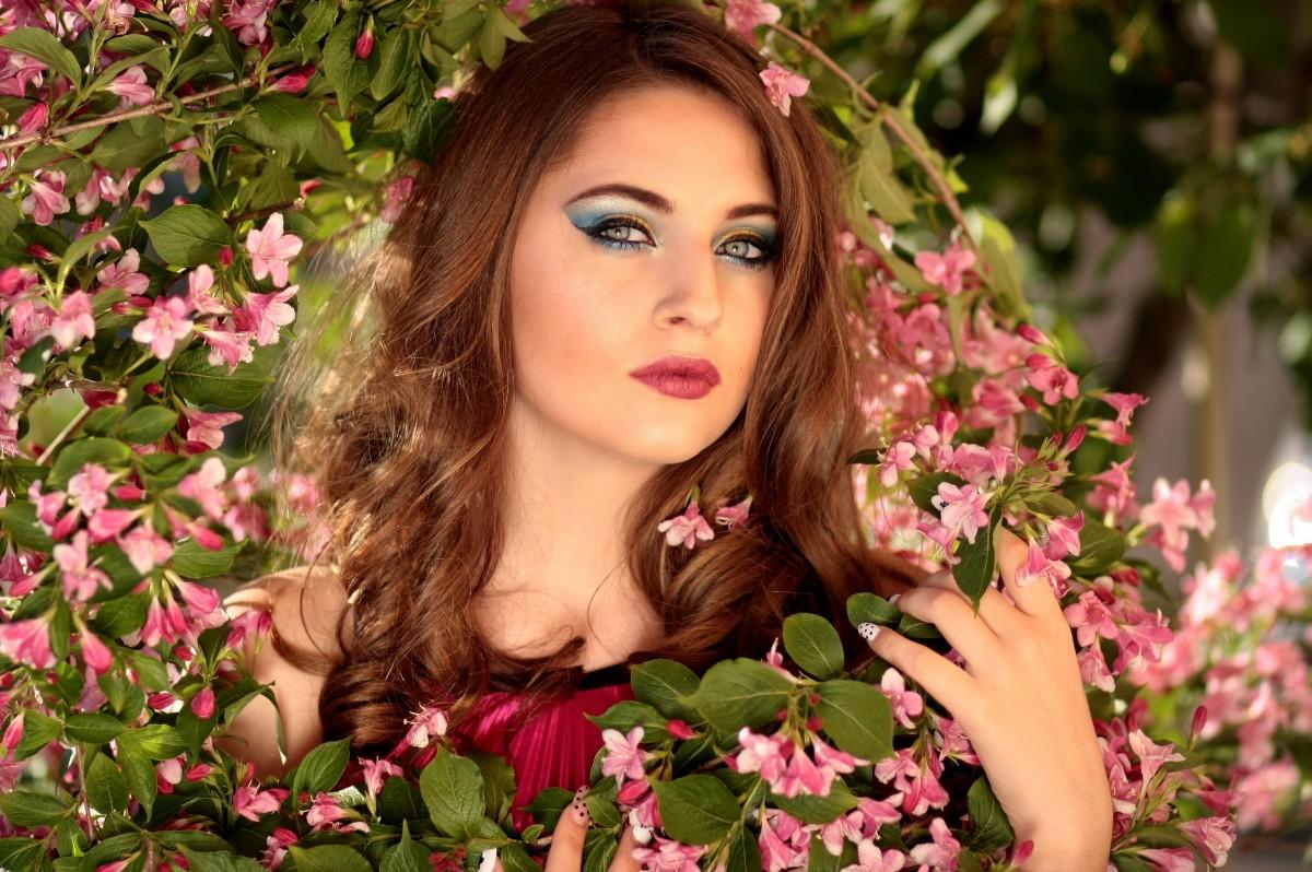 Маша, картинки девушка с цветком