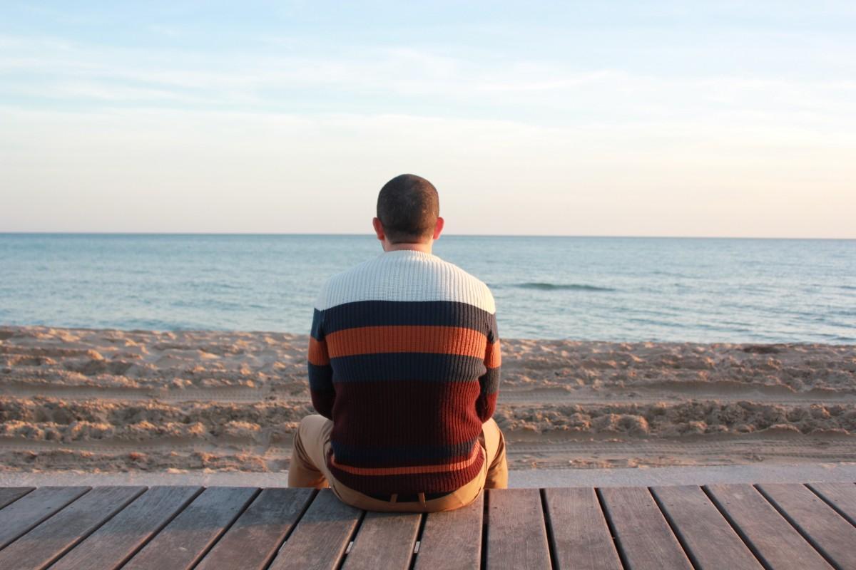 homem de praia mar costa oceano horizonte pessoa pessoas manhã costa Garoto período de férias viagem retrato sentado baía Ao ar livre alegria Posições humanas