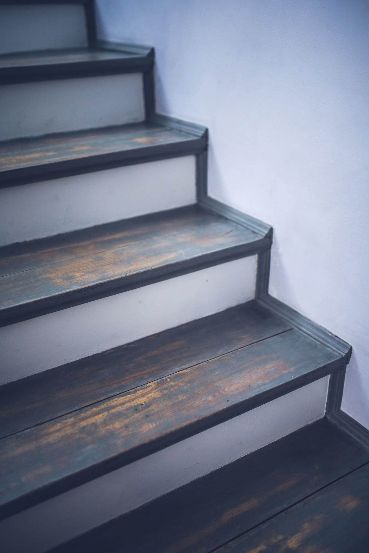 Photo Escalier Bois Peint Gris images gratuites : cru, intérieur, vieux, gris, meubles
