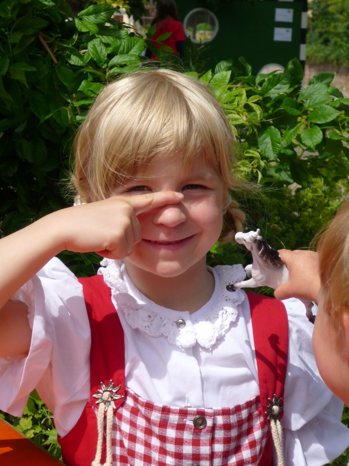 Fotos gratis : gente, jugar, linda, color, niño, vistoso, cara, Ojos, niñito, ver, tradicion ...