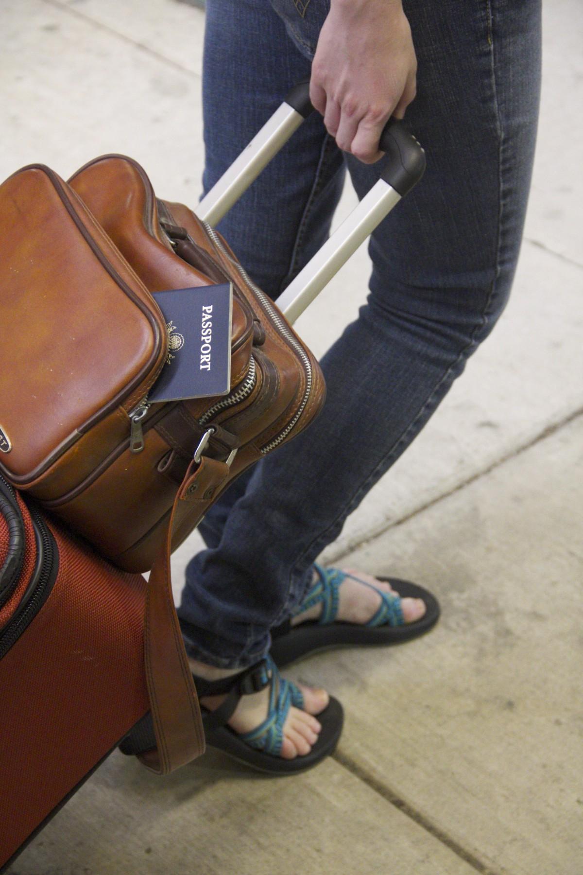 空港 ツーリスト 旅行 旅 フライト 荷物 履物 スーツケース パスポート 人間の位置