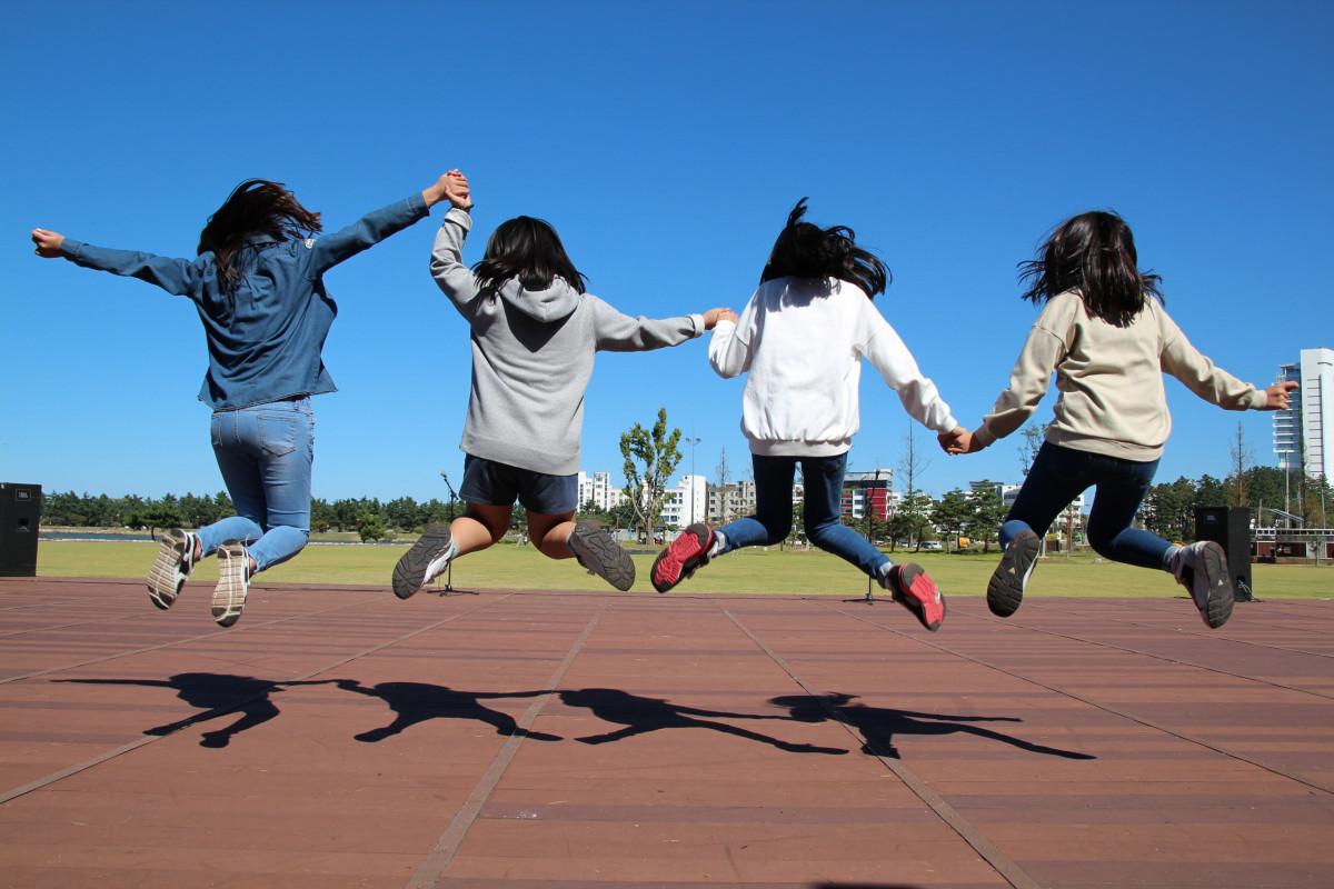 taivas tyttö niitty pelata juosta hypätä nuori varjo piknikki lapset hauska Urheilu ilo tällä hetkellä Hurraa sport paikka