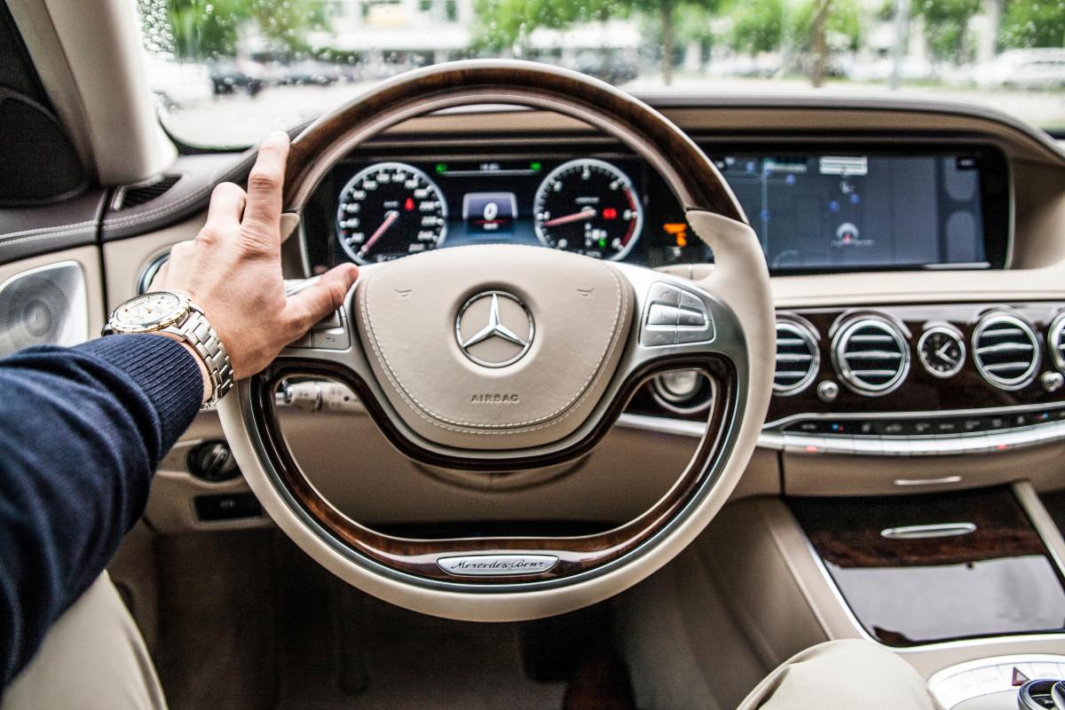 homem, carro, roda, dirigindo, veículo, volante, Mercedes, Sedan, Mercedes benz, veículo utilitário esportivo, Veículo terrestre, Automóvel, Exterior automotivo, carro compacto, Design automotivo, Veículo de luxo, Carro da família, Carro executivo, Parte de direção, Mercedes benz s classe, Mercedes benz e class