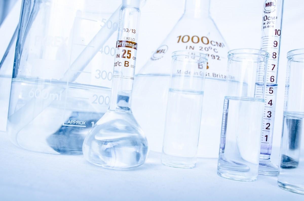 voda kvapalina biely sklo piť fľaša výskum sklenená fľaša minerálka produkt laboratórium test experiment veľa chemický laboratórium lekársky chémia vyplnený pitná voda farmaceutický balená voda mikrobiológia skúmavka destilát poháre analyzovať farmakológia test mixer