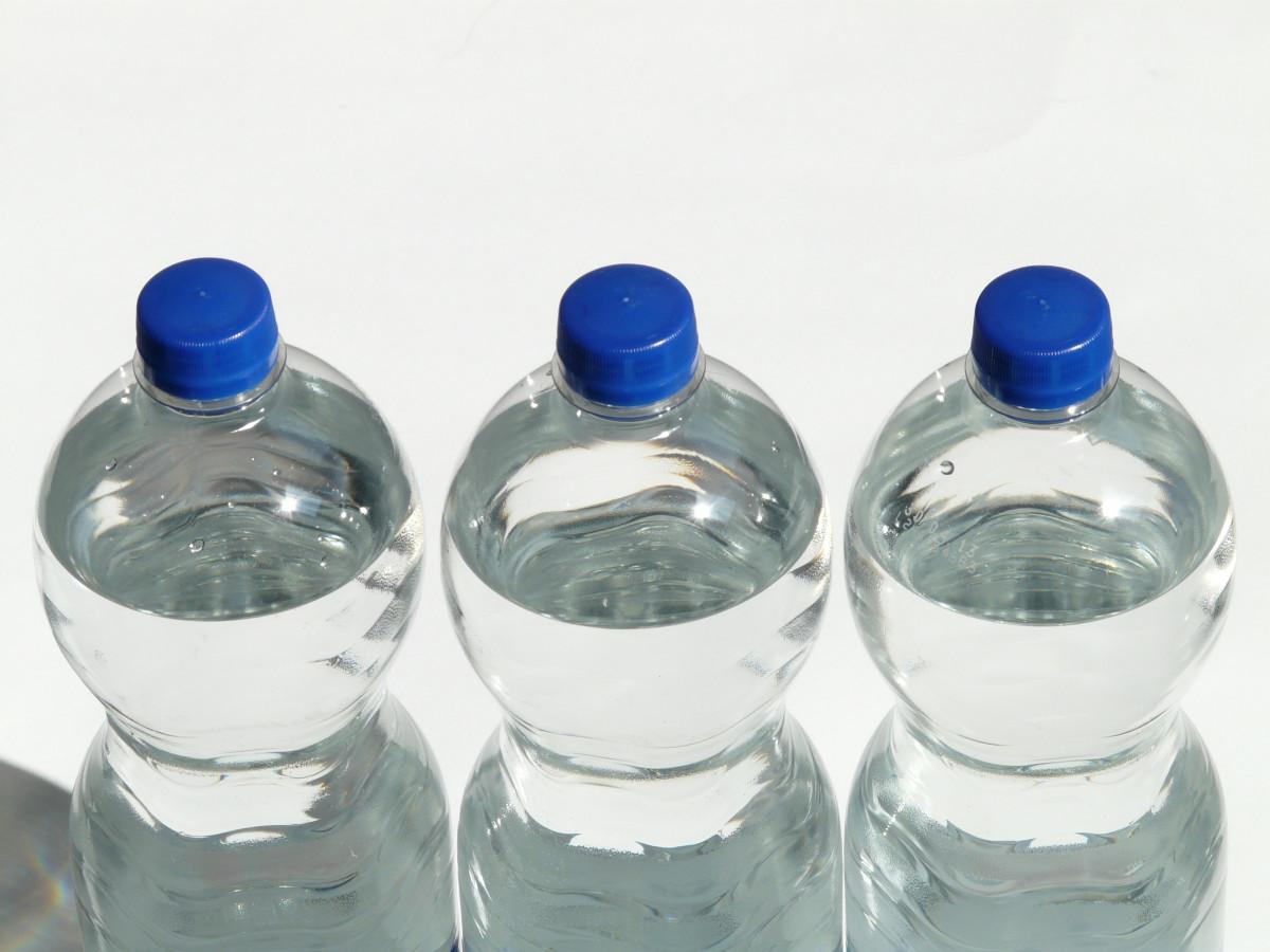 eau verre animal de compagnie boisson bouteille bleu Fermer bulle bouteille en verre eau minérale produit transparent supporter Trois bouteilles couvercle rafraîchissement encore séries fermeture Plafonnement bouteille en plastique cote à cote bouchon à vis eau en bouteille bleu cobalt acide carbonique Boisson polyéthylène téréphtalate