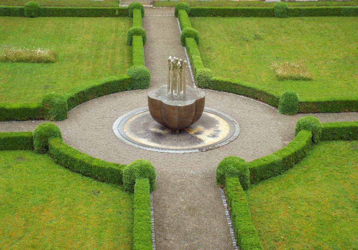 herbe pelouse traversée Passerelle vert jardin Cour monastère Fontaine une abbaye cloître cour caractéristique de l'eau Jardin du monastère Abbaye obersch nenfeld Couvent cistercien