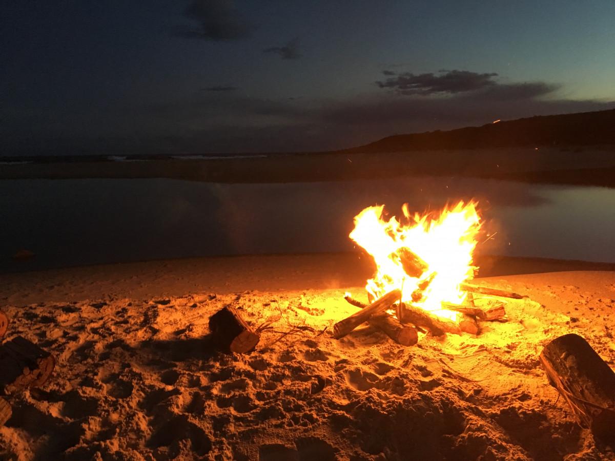 Фото костер на пляже